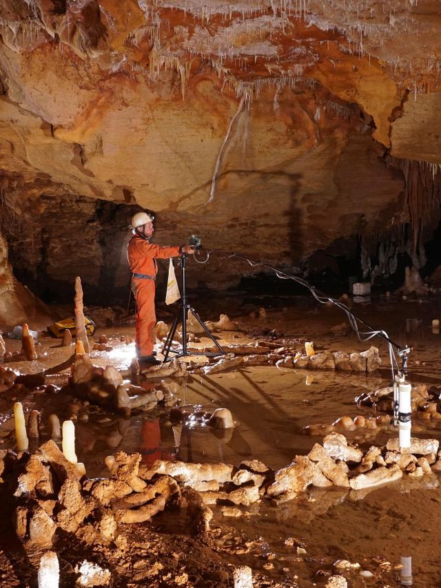 Prise de mesures pour l'étude archéo-magnétique de la grotte de Bruniquel, Tarn-et-Garonne. Cette grotte comporte des structures aménagées datées d'environ 176 500 ans. L'équipe scientifique a développé un nouveau concept, celui de